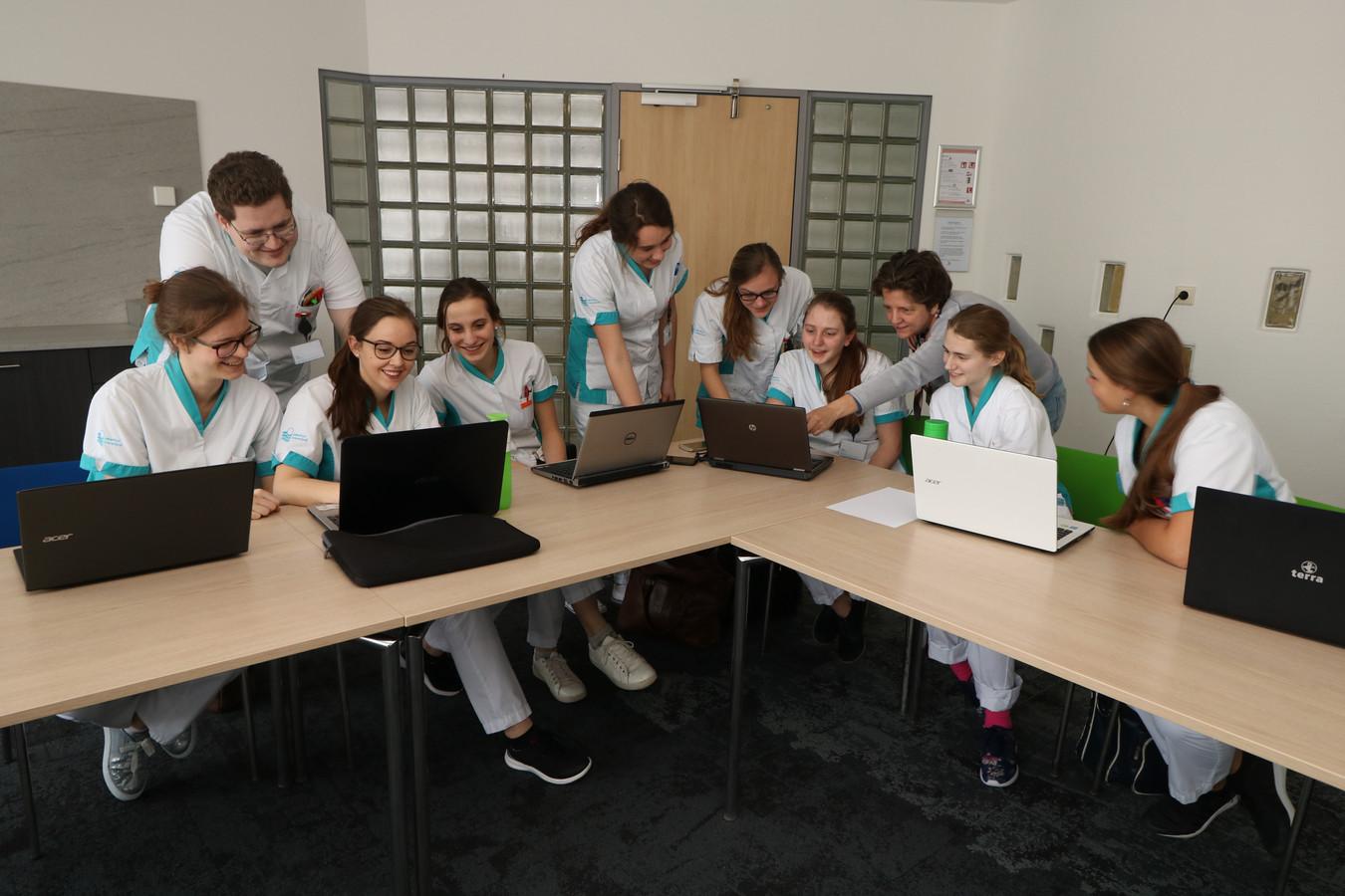 In Ziekenhuis Rivierenland Tiel is nu al een leerteam met HBO-ers actief tijdens een stage. Ook zijn er werknemers die een HBO-opleiding doen. Vanaf september komen er voor het eerst echt studenten in Tiel.