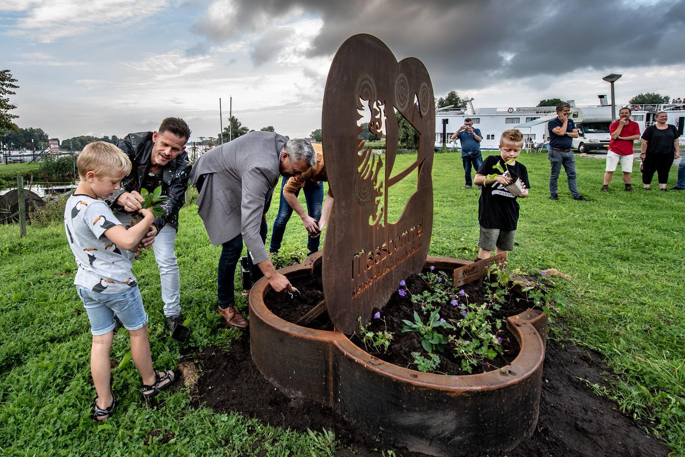 Met het planten van bloemetjes onthulden de kinderen Luuk en Cas van ontwerper en kunstenaar Hein van Houten, samen met wethouder René Cruijsen van West Maas en Waal en fabrikant Harm van Dijk de nieuwe entree van Maasbommel.