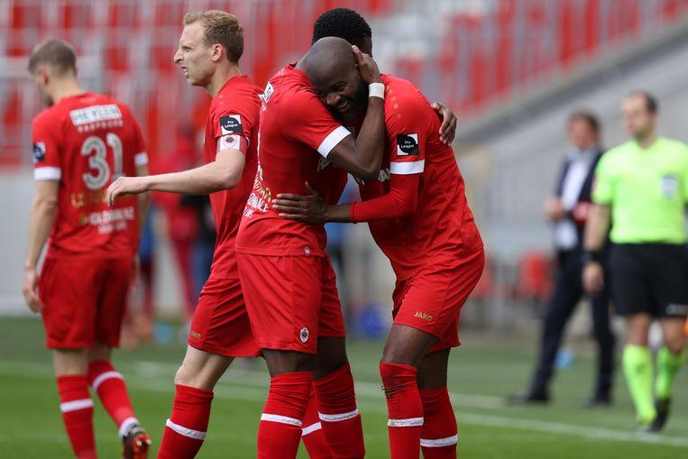 Zijn ploegmaats feliciteren Lamkel Zé (r.). Beeld Photo News