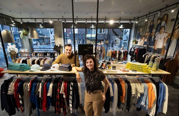 Carel van Goch en Nicole Schreurs in hun kledingzaak in Deurne die maar even open is geweest.