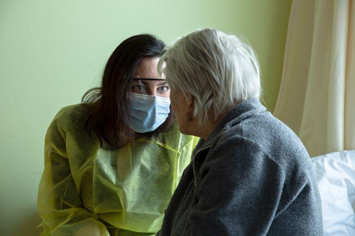 Verslaggever Amy van den Berg op bezoek bij haar oma El in het verpleeghuis.