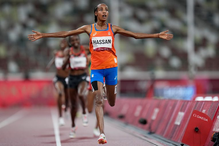Sifan Hassan wint de 5.000 meter.  Het nummer van de Snollebollekes dat toen in het stadion weerklonk kende ze niet. Beeld AP