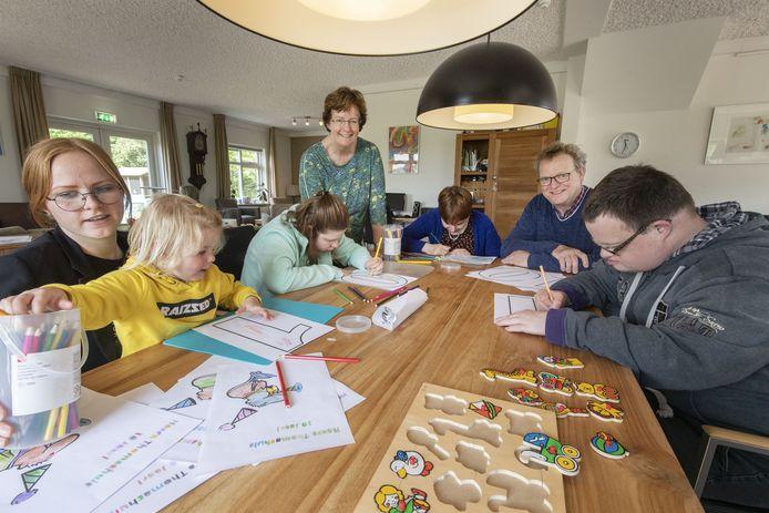 Willem en Herna Jansen vertellen over tien jaar Thomashuis in Zenderen. Van links naar rechts:  Aniek (hulp), Mout (kleindochter), Liz, Herna, Carla, Willem en Marten.