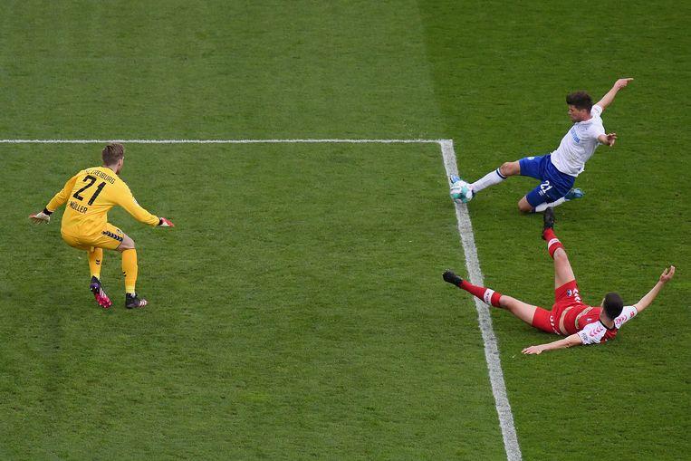 Klaas-Jan Huntelaar weet niet te scoren tegen SC Freiburg. Zijn ploeg verloor met 4-0. Beeld EPA