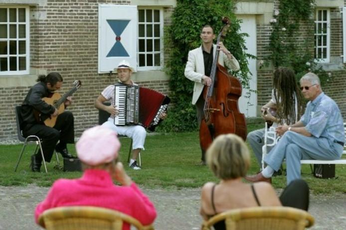 Sfeerbeeld van het Salland Midzomerfestival dat afgelopen zaterdag werd gehouden rond kasteel Het Nijenhuis tussen Wijhe en Heino. Foto GERARD VRAKKING