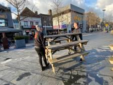 Zekere voor het onzekere: horeca Tilburg zet stoelen en plantenbakken binnen na rellen zondagavond