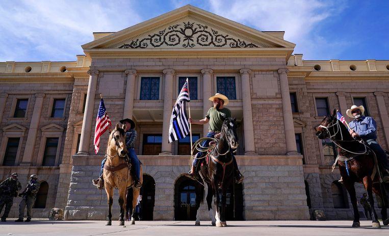 Demonstranten te paard voor het Capitool van Arizona, 6 januari. Beeld AP