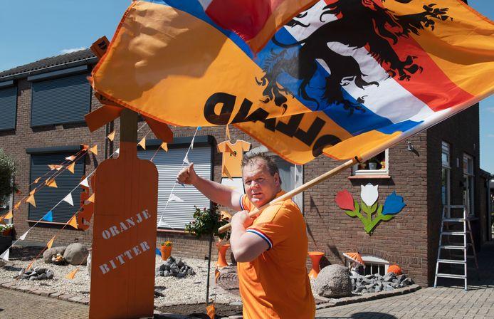 Richard de Ruiter voor zijn woning in de oranjegekleurde Burgemeester M.P. van Willigenstraat in Haaften.