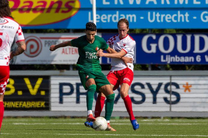 Naoufal Bannis (ex-FCDordrecht) schermt de bal af voor Kozakken Boys' Leon Bot.