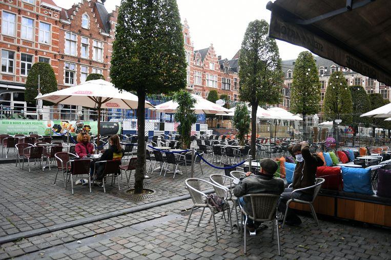 Ook horecazaken die eten serveren moeten in Leuven sluiten om 23 uur, met uitzondering van vrijdag- en zaterdagavond. Beeld Vertommen