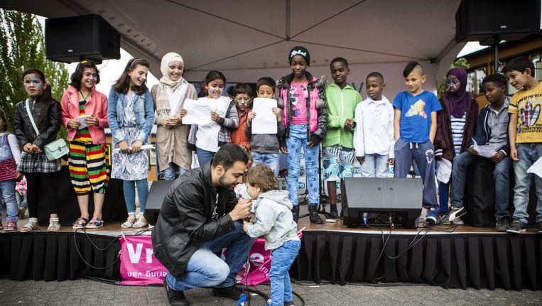 Open dag bij asielzoekerscentrum Almere, georganiseerd door het Centraal Orgaan opvang asielzoekers (COA) en VluchtelingenWerk Nederland. Bezoekers konden zo een indruk krijgen van het wonen en werken op een azc. Beeld Julius Schrank