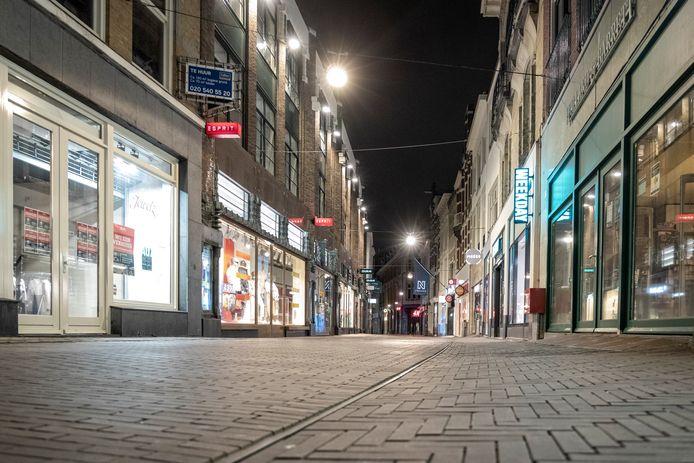 Een uitgestorven winkelstraatin het Haagse centrum.