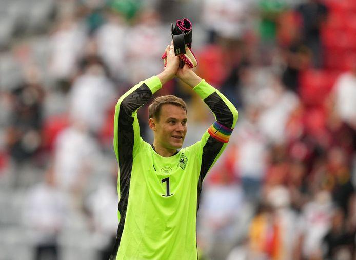De Duitse aanvoerder, doelman Manuel Neuer, droeg bij elke EK-wedstrijd een band met de regenboogkleuren rond zijn arm.