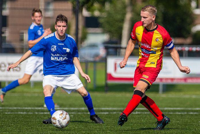Jeroen Meijers (rechts) namens Juliana'31 aan de bal tegen Meerssen.