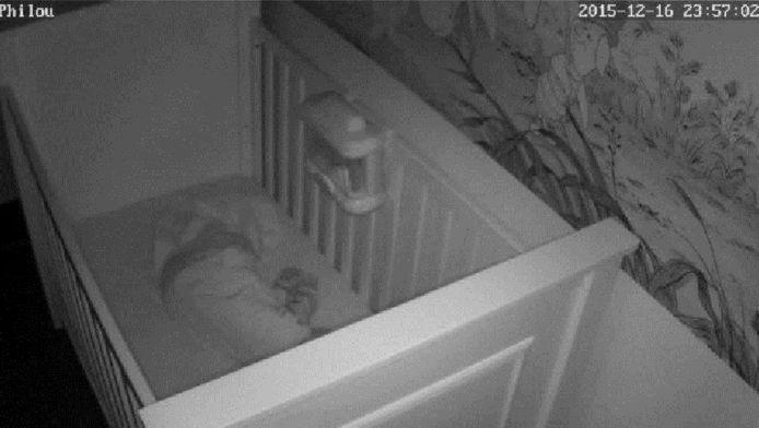 Een Canadese baby in bed, gewoon te zien op de webcam-beelden