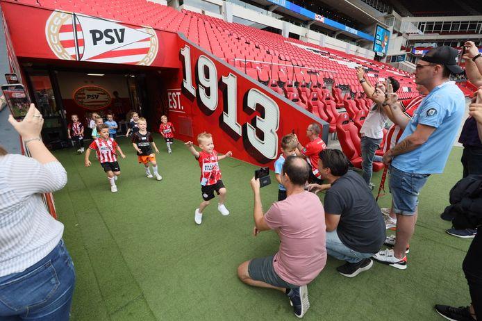 Jong fans tijdens de PSV Phoxy Tour 2021