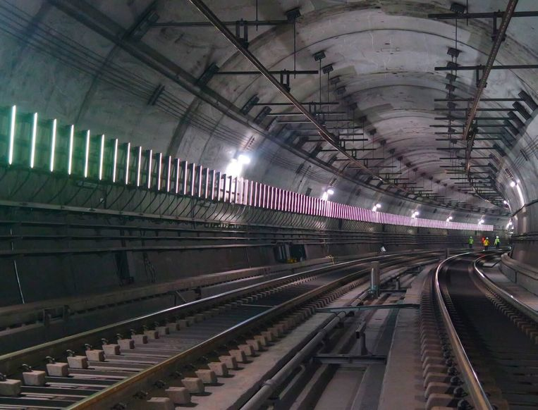 Het systeem van Adtrackmedia in een metrotunnel in Barcelona. De verticale strips laten samen op het tempo van een rijdende metro een advertentievideo zien. Beeld Adtrackmedia