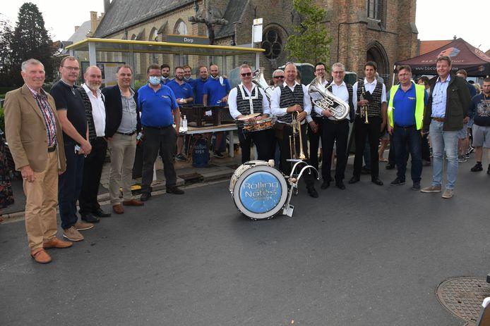 Het rommelmarktcomité samen met burgemeester Vanbelleghem, enkele raadsleden en de 'Rolling Notes' streetband.