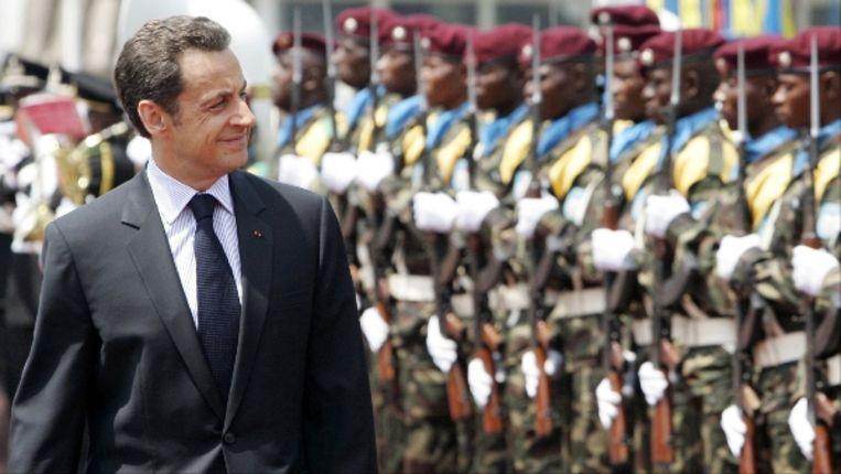 Nicolas Sarkozy inspecteert de erewacht bij aankomst in de Democratische Republiek Congo. (AFP) Beeld AFP