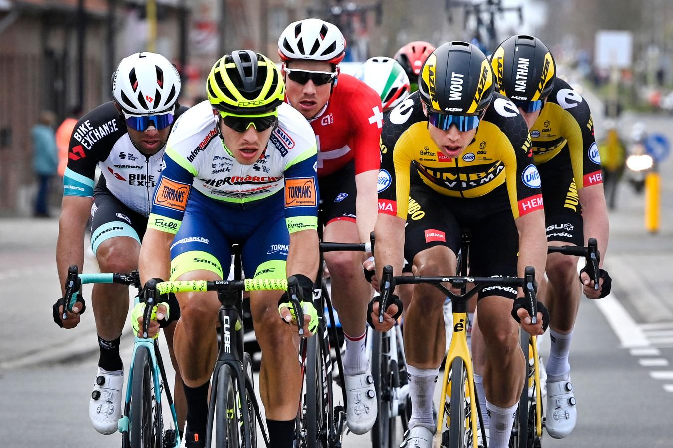 Danny van Poppel (links) zat zondag mee in de kopgroep van de dag, van waaruit Wout van  Aert (rechts) uiteindelijk de koers won.