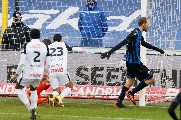 Bas Dost juicht na zijn goal.