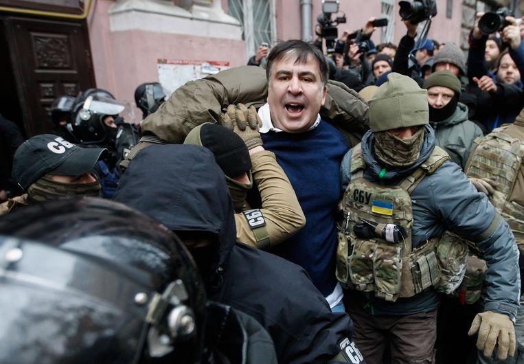 Michaïl Saakasjvili wordt afgevoerd door de Oekraïense veiligheidsdienst. Beeld EPA