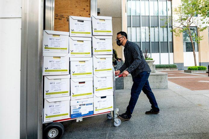 Dozen met documenten in de zaak worden binnengerold bij de start van het proces op 3 mei.