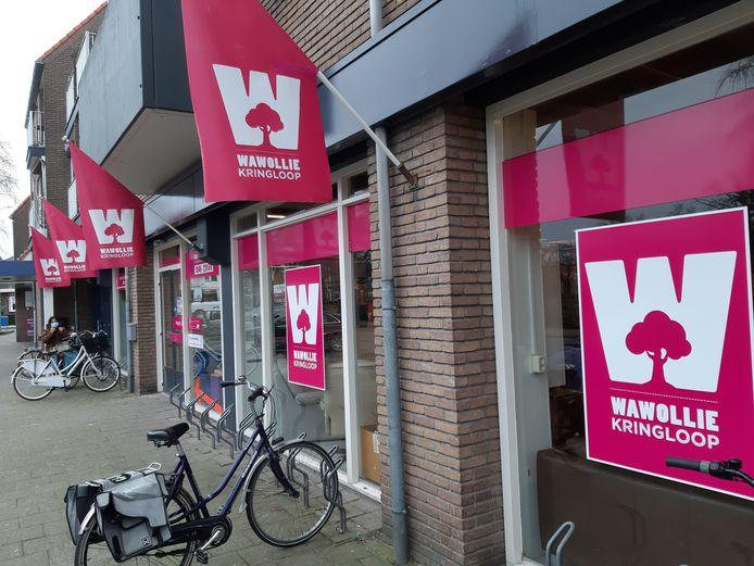 De Almelose kringloopwinkel Wawollie geeft de fooien aan de dierenvoedselbank.