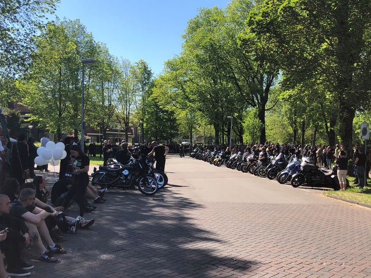 Honderden leden van Satudarah en van de harde kern van Ajax en vrienden en kennissen wachten om de hoek bij Zorgvlied op de rouwstoet met Etou's Belserang, voor het laatste eerbetoon. Beeld Het Parool