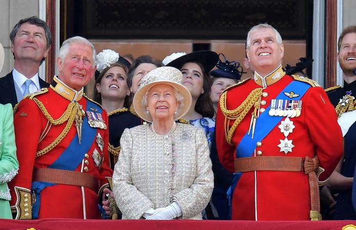 Prins Andrew (rechts) met prins Charles en hun moeder koningin Elizabeth II in juni op het balkon van Buckingham Palace.