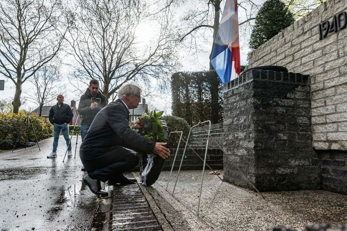 Burgemeester Jac Klijs legde 's ochtends al de krans bij het oorlogsmonument in Zevenbergen. Ingetogen, zonder publiek vanwege corona.