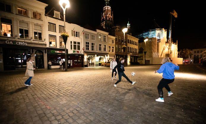 Voetballen op de Grote Markt in Breda tijdens de coronocrisis.
