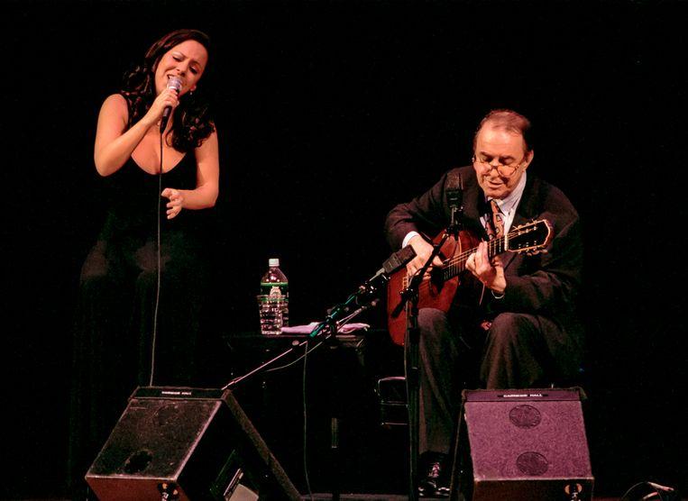 Bebel Gilberto met haar vader João in New York, 1998. Beeld Getty