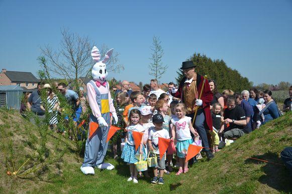 De kinderen volgden de Paashaas en zijn begeleider naar Speelgroen Hogen voor de start van de paaseierenzoektocht.
