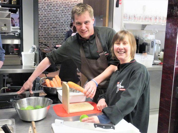Broes Tavernier en Ivana Pellegrims demonstreren de dunschiller en de speciale snijplank in de keuken van 't Vijfde Seizoen.