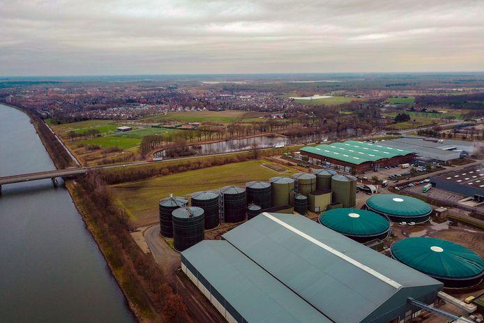 Mestbedrijf Den Ouden (voorgrond) en de Helmondse wijk Brouwhuis (achtergrond).