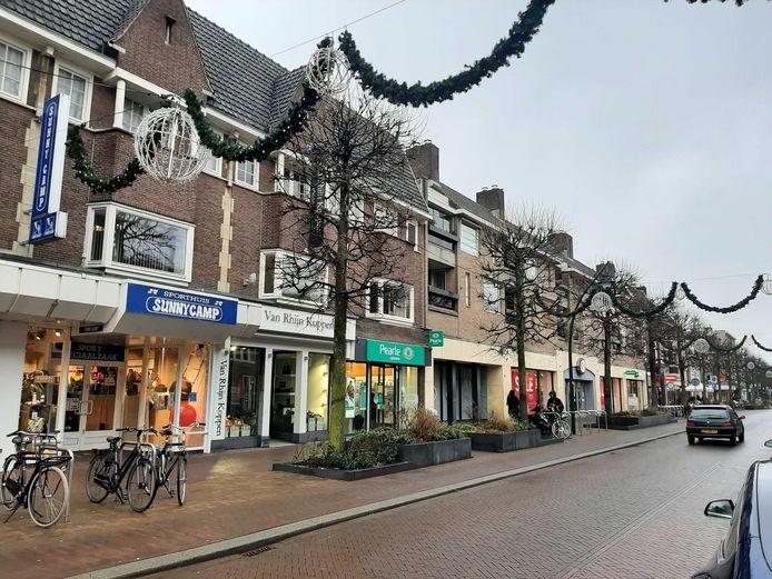 Een uitgestorven Slotlaan in het centrum van Zeist, in januari van dit jaar, toen de winkels nog helemaal dicht waren.