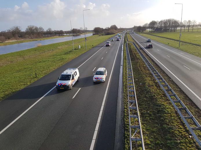 De politie rijdt met 66 km/u over de A28 bij Staphorst.