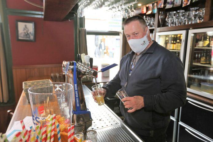 Cafébaas Bruno Vandierendonck aan het werk in oktober vorig jaar in café Vaantjesboer. Het is alweer een half jaar geleden dat hij pinten kon tappen voor de klanten.