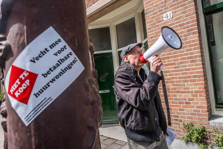 Actiegroep 'Niet te koop' demonstreert bij een huurwoning in Amsterdam die door de woningcorporatie te koop is gezet. Beeld Joris van Gennip