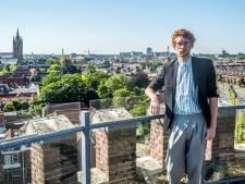 Excentrieke Niekolaas (32) opent kunstcentrum in Delftse watertoren: 'De klimaatcrisis heeft kunst nodig'