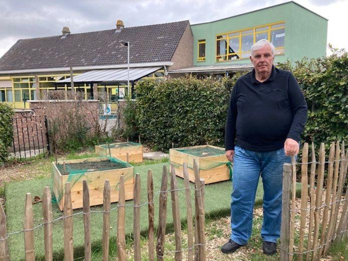 Buurman Willy stelt een deel van zijn tuin open voor de leerlingen van de kleuterschool.