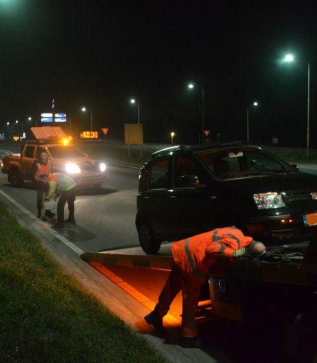 Auto lekt olie na botsing tegen verhoging op rotonde in Puiflijk