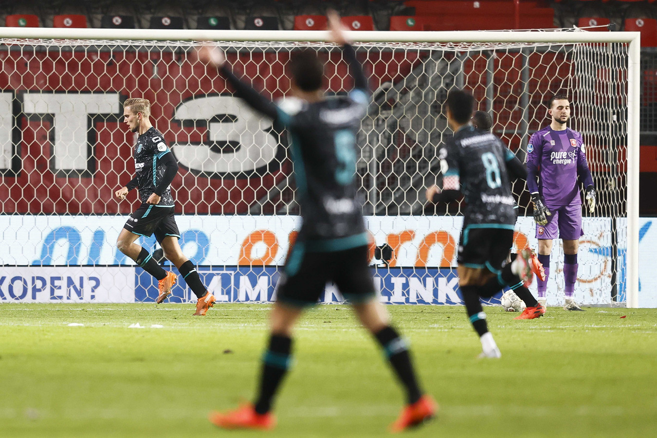 Finn Stokkers (links) viert zijn goal.