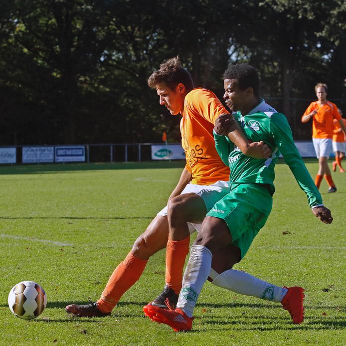 Gerard van Offeren Leroy Daems ( verdediger van Moerse Boys ) houdt Jonathan Constansia van de bal af.