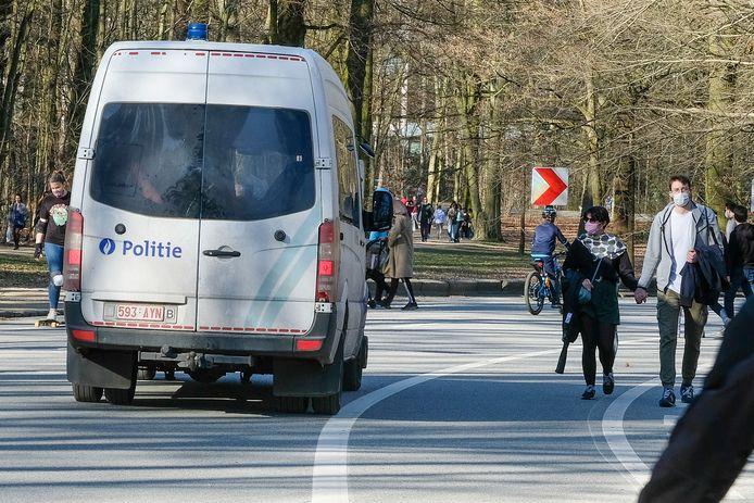 De politie patrouilleerde afgelopen weekend op verschillende plaatsen in Brussel om na te gaan of de coronamaatregelen wel nageleefd werden. Zo ook hier in Ter Kamerenbos.