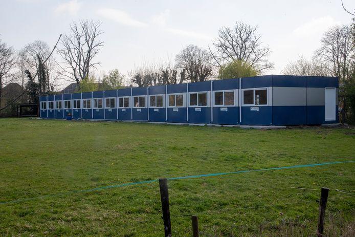 Eureka liet in de paasvakantie 15 containerunits bouwen achteraan de school.