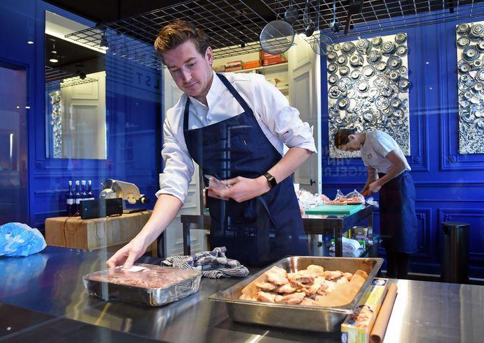 Kok Thijs Joziasse aan het werk in de keuken van Oscars Kitchen bij pop-up bioscoop Koning van Engeland in Hulst. Op de achtergrond Raph Morres.