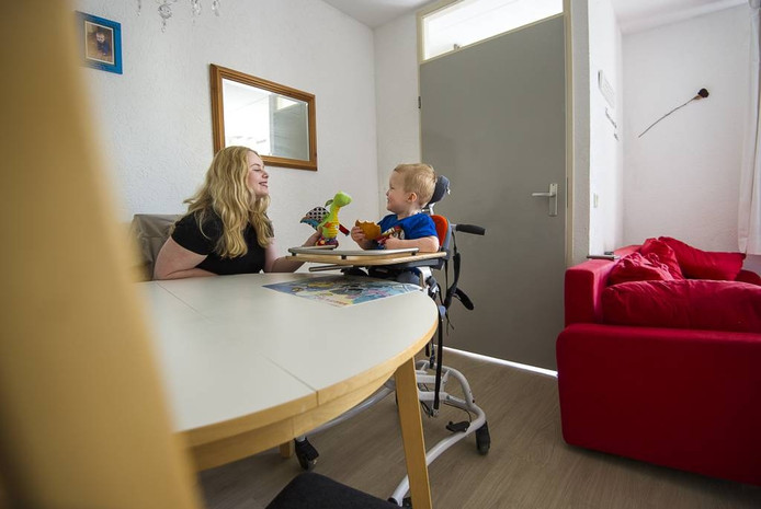 Rebecca (21) heeft een aangepaste woning nodig omdat haar zoontje van twee een beperking heeft. Haar verhaal staat in de Gelderlander van zaterdag.
