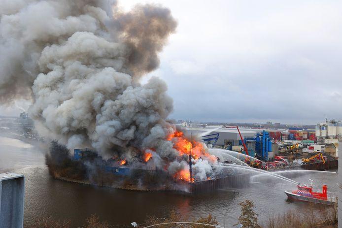 Brand bij AVI aan de Rietveldenkade.
